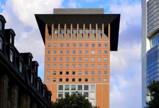 Das Japan-Center in Frankfurt hat einen kubischen Dachaufsatz und einen Dachüberstand der sich nach oben erweitert. Ein Spitzdach ist eine Illusion.