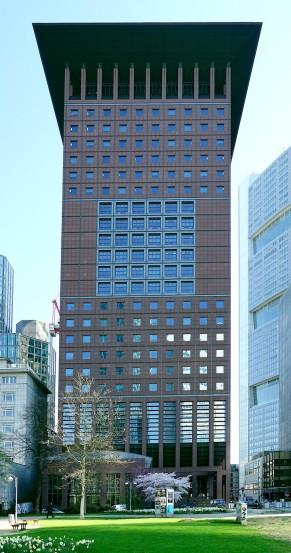 Der charakteristische Turm markiert bis heute am Taunustor den Eingang ins Frankfurter Bankenviertel.
