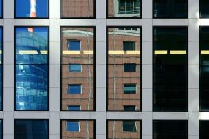Die Fassade des Japan-Centers spiegelt sich im gegenüberstehenden Taunusturm.