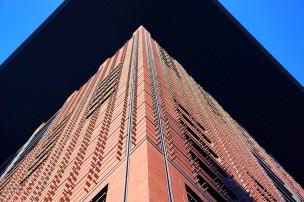 Am Japan-Center sind die Fassadenplatten mit sichtbaren Ziernägeln befestigt. Die Ziernägel sind ein Zitat aus dem Wiener Jugendstil von Otto Wagner.