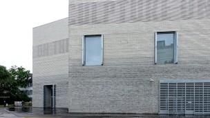 Das Gebäude mit dem Flair eines Hochsicherheitsgefängnisses bildet den neuen Eingang zur St. Alban-Vorstadt von Basel. Ein umlaufendes, wie in Stein gemeißeltes Schriftband kündigt die jeweils neue Ausstellung an.