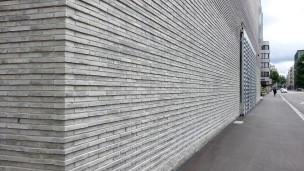 Der verwinkelte Klotz des Neubaus des Baseler Kunstmuseums wird nur durch wenige übergroße Fenster- und Türöffnungen gegliedert.