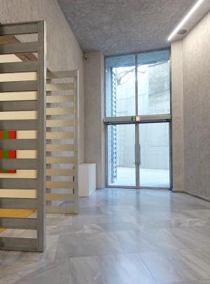 Erst nach Betreten der Ausstellungsräume eröffnet sich den Besucher die lichte, warme Atmosphäre eines der modernsten Museumsgebäude der Welt.
