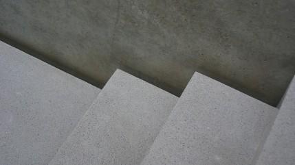 Die Schattenfugen an den Treppen und Fußböden sind die einzigen Schmuckelemente. Sonst dominieren die Oberflächen des Materials.