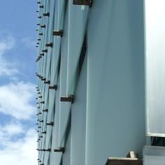 Die Außenfassade besteht aus vorgehängten Mattglasscheiben, die sich der Farbe des nahen Bodensees anpassen.