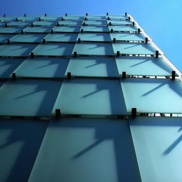 Die Außenverkleidung aus Mattglas sammelt das Licht ein und leitet es über die Zwischengeschosse in die Ausstellungsräume.