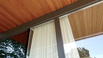Die Deckenverkleidung setzt sich übergangslos von Innen nach Außen fort und verbindet so auch optisch den Wohnraum mit dem Garten.