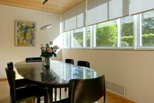 Schmale Fensterrahmen und große Glasfenster geben dem Gebäude südländisches Flair.