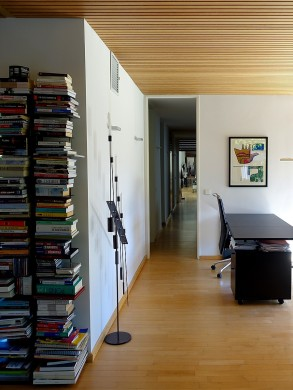 Edle Holzdecken und die auf Blickachsen setzende großzügige Innenraumgestaltung geben den Gebäuden südländisches Flair.