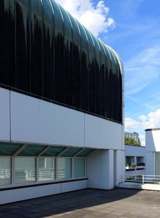 Die Dachform gibt dem Gebäude ein eigenwilliges und unverwechselbares Aussehen.