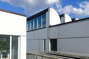 Die Aussenfassade ist geprägt von weißem Beton.