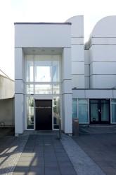 Der Gebäudeeingang ist über eine lange Rampe nur von hinten zu erreichen.