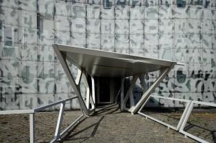 Medienzentrum der BTU Cottbus-Senftenberg: Die charakteristischen Überdachungen der Eingänge zitieren bereits eine Formensprache der Architekten, die weitere Jahre später das Olympiastadion von Peking prägen werden.