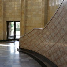 Die Marmorverkleidung im Eingangsbereich weist auf die ehemals repräsentative Ausstattung des Gebäudes hin.