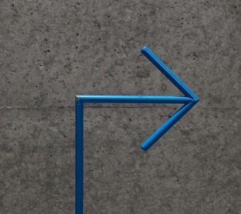 Schlichte Pfeile weisen den Weg durch das Labyrinth der Gänge.