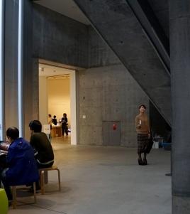 Die großen Fenster und ein Lichthof nehmen dem Sichtbeton in den Gängen und Treppenhäusern die beängstigende Enge. In den großen und hellen Ausstellungsräumen überwiegt der Werkstattcharakter.