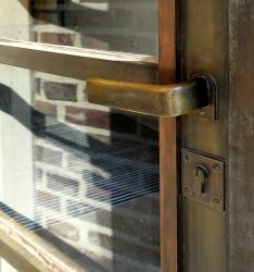 Zahlreiche Bauteile, wie die Messingtüren, weisen auf die 90-jährige Vergangenheit des denkmalgeschützten Gebäudes hin.