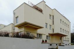 Das Mehrfamilienhaus vom Altmeister Peter Behrens ist traditionell gebaut und bedient mit 12 kleinen Wohnungen die Interessen der Mieter mit geringem Einkommen.