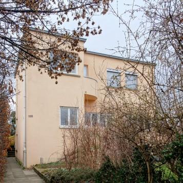 Das Haus des Belgiers Victor Bourgeois weist nicht nur den charakteristischen, runden Balkon auf, auch im Inneren gibt es gebogene Wände.