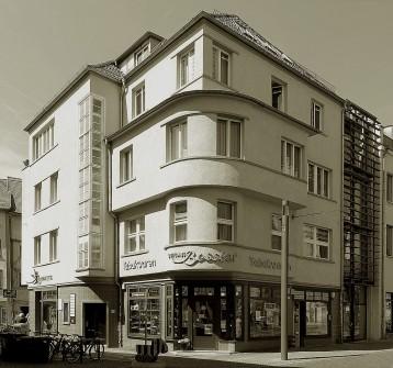 Ein architektonisches Kleinod ist das Wohn- und Geschäftshaus der Tabakhandlung Bessler am Fischmarkt.