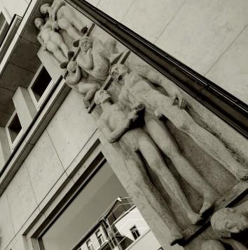 Zwei Wandreliefs, geschaffen von Hans Walther, als Fassadenschmuck am Gebäude der heutigen Sparkasse zeigen als Thema Verschwendung und Sparsamkeit.
