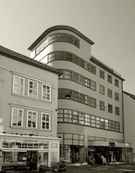 Das Kaufhaus Schellhaas besticht durch eine völlig glatte Fassadengestaltung und einen turmartigen Aufbau.