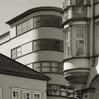 Das Kaufhaus Schellhorn mit der turmartigen, abgerundeten Gebäudeecke steht am Angerbrunnen etwas zurückgesetzt hinter den historischen Fassaden.
