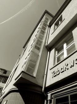 Das lange vertikale Fensterband am Treppenhaus ist ein typisches Merkmal der Architektur der damaligen Zeit.