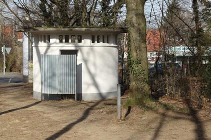 Der weiße Flachdachpavillon am Spessartring stammt aus den fünfziger Jahren