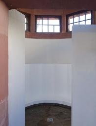 Im Inneren des 1906 als Pissoir errichteten Gebäudes gibt es nur eine weiße Rinne.