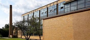 Die fast vollständig verglaste Fassade bringt viel Licht in die Arbeitsräume des Gebäudes.