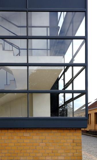 In der offenen Eckkonstruktion stoßen die Fenster ohne Stützpfeiler aneinander.