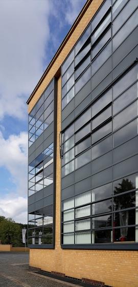 In der offenen Eckkonstruktion stoßen die Fenster ohne Stützpfeiler aneinander. Dadurch erhält der Bau eine einzigartige Leichtigkeit.