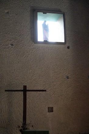 In einer Fensternische über dem Altarkreuz wirkt die Marien- Statue wie eine Erscheinung.