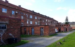Auf der Rückseite der Häuserzeile befinden sich Anbauten, die als Waschhaus, Trockenboden und Kohlenschuppen genutzt wurden.