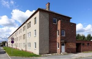 Die Frontseite des Hauses zeigt sich in einer in den 1950er Jahren üblichen, glatt geputzten, ge-sichtslosen Fassadenstruktur.