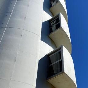 Die außen wie Balkons angebrachten Vorsprünge sind die Gänge im Treppenhaus des Baus.