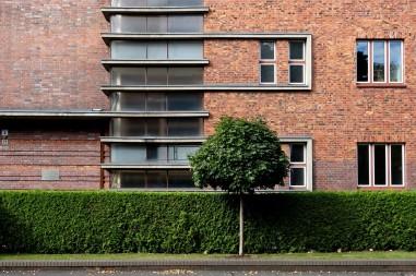 Der vertikal verglaste Treppenaufgang ist mit drei querlaufenden Simsen pro Etage gegliedert. Damit wird für den nur vierstöckigen Turm die Illusion eines mehretagigen Hochhauses geweckt.
