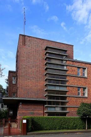 Ineinander geschobene kubische Grundformen, Flachdach, senkrechte Fensterbänder an den Treppenhäusern, die zentralen Gestaltungsmerkmale der Bauhaus-Architektur setzt der Thüringer Architekt bei dem Gebäude der Frauenklinik Dr. Schäfer in Gera ein.