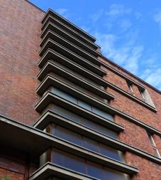Die kleinen Beton-Simse an den Fenstern des Treppenhauses sind typisch für die Bauhaus-Architektur der damaligen Zeit.