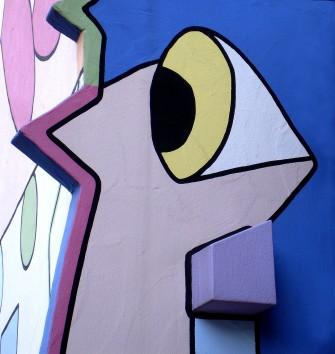 Lustige Figuren entstehen aus Mauervorsprüngen und der Bemahlung.