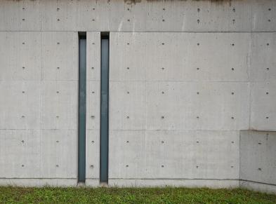Wie bei fast allen Bauten von Tadao Andō gibt es zwei lange schmale Fenster in der Nähe des Eingangs.