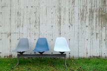 Einen Farbtupfer im grauen Beton stellen die dreisitzigen Bänke dar, die an der langen Wand außen nachträglich aufgestellt wurden.