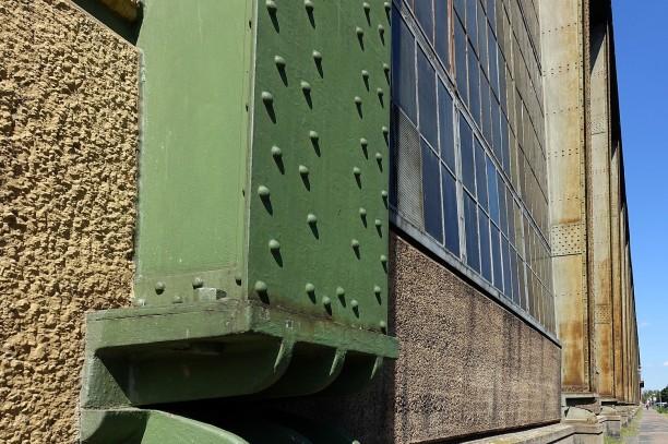 Die sichtbaren Stahl-Gelenkträger geben dem Bau sein charakteristisches Äußeres.