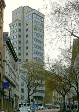 Selbstbewusst dominiert der Bau den kleinen Platz an der Kreuzung der Eberhardstraße gegenüber der einstmals wunderschönen Glasfassade des früheren Kaufhauses Schocken.