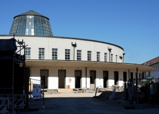 Der Rundbau des alten Paketzustellamtes zeigt auch noch mitten in der Umbauphase die Qualität der Architektur von 1926.