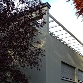 Die ausgedehnte Dachterrasse des Hauses Loosen wird nahezu komplett von einer Pergola überspannt.