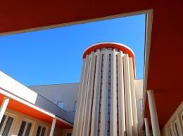 Die orange Farbgebung der Vordächer durchbricht das sonst vorherrschende Weiß.
