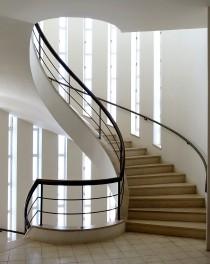 Sehenswert ist das spiralförmige Treppenhaus, dass die Innenräume des Gebäudes verbindet