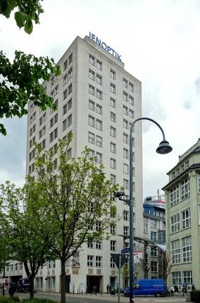 Das 66 m hohe Ernst-Abbe-Hochhaus im schlichten Bauhaus-Stil zeigt zahlreiche Reliefs in der unteren Etage.